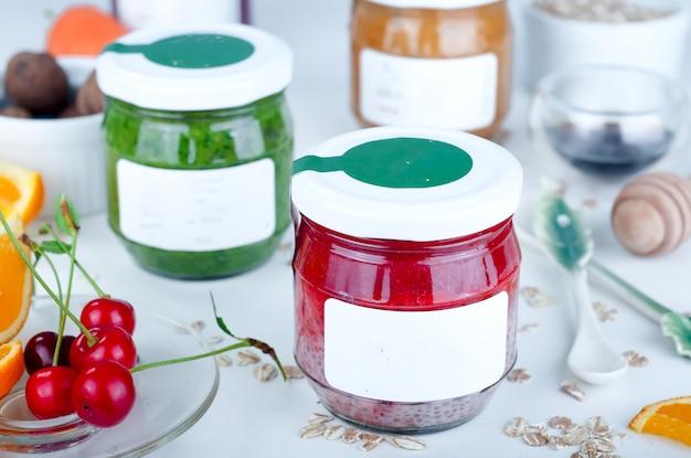 Purê de morango chia em uma jarra