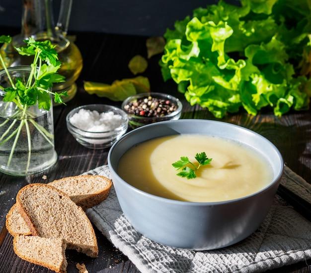 Puré de sopa creme dietético vegetariano, com batatas e couve-flor