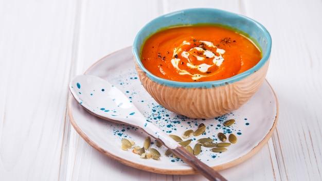 Purê de sopa de abóbora com creme e sementes de abóbora