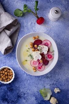 Purê de sopa de couve-flor decorada com rabanete