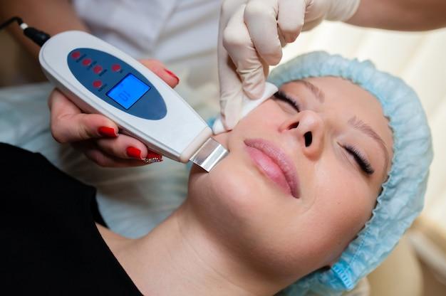 Purificação de poros na sala de cosmetologia.