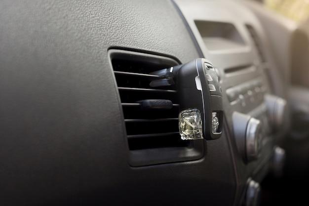 Purificador de ar no carro com perfume.