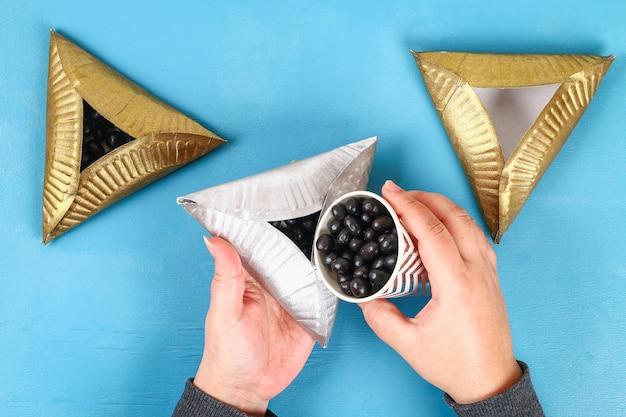 Purim biscoitos diy hamantaschen de placas de papelão com doce surpresa dentro