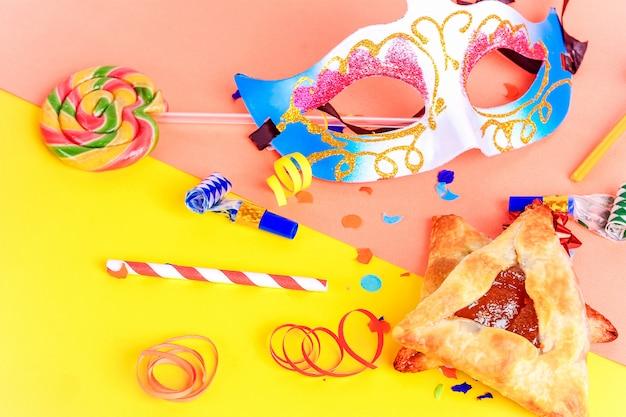 Purim com máscara de carnaval, fantasia de festa e hamantasc