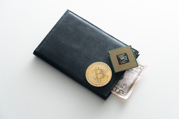 Pursen é um homem negro com um chip mentiroso, bitcoin. o conceito de lascar para o pessoal do dinheiro