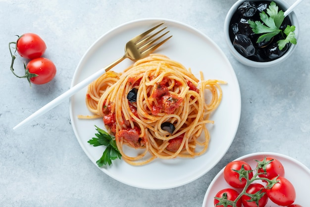 Puttanesca de massa italiana tradicional