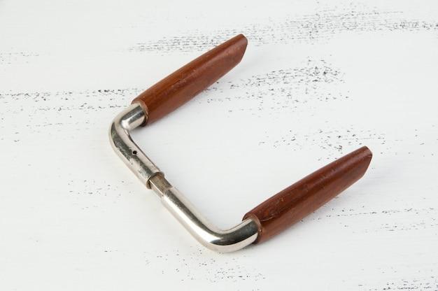 Puxador de porta de metal vintage de madeira