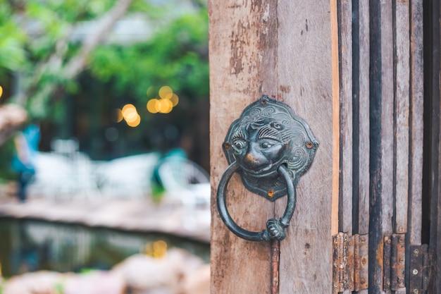 Puxadores de porta de leão vintage, fundo borrão de café