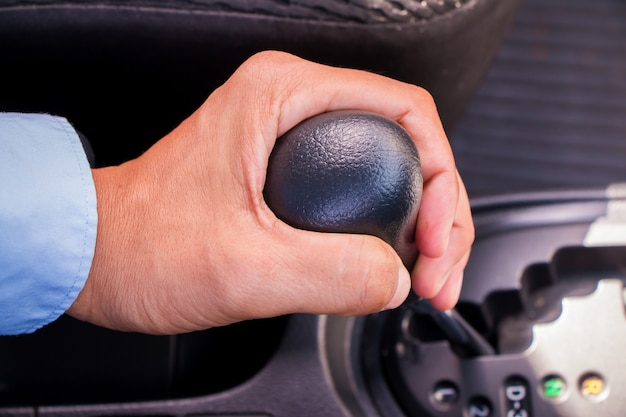 Puxando alavanca de câmbio no carro