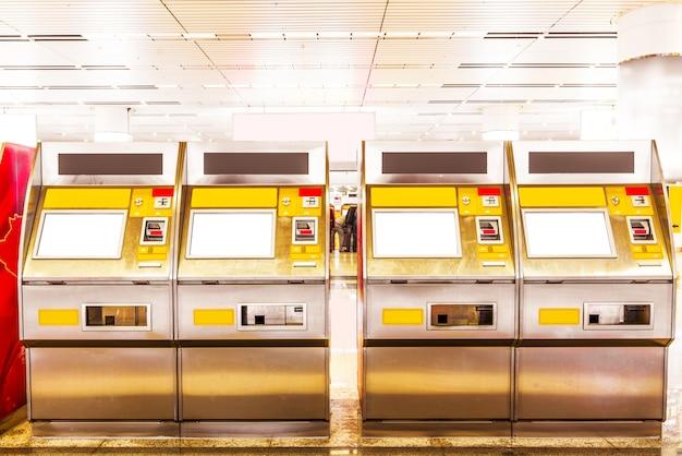 Puxe o bilhete da máquina automática na estação de trem de shanghai