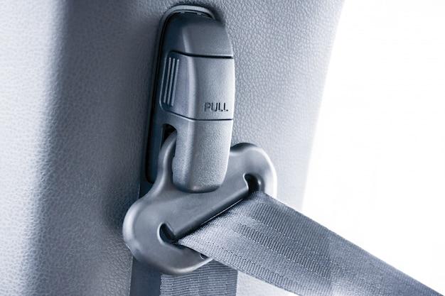 Puxe o cinto de segurança no carro
