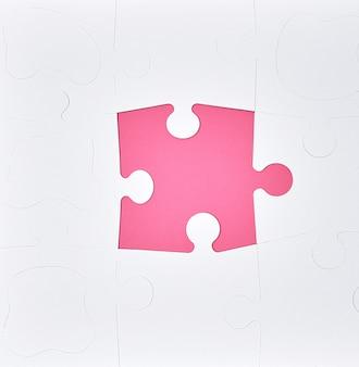 Puzzles em branco grandes em branco sobre um fundo rosa, vista superior
