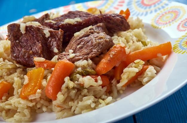 Qaboli pilaf - kabuli palaw é um prato do norte do afeganistão, uma variedade de pilaf, que consiste em arroz cozido no vapor misturado com passas, cenouras e cordeiro.