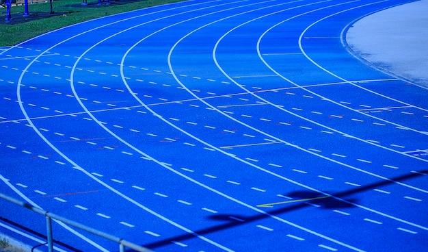 Quadra de atletismo azul pronta para campeonato
