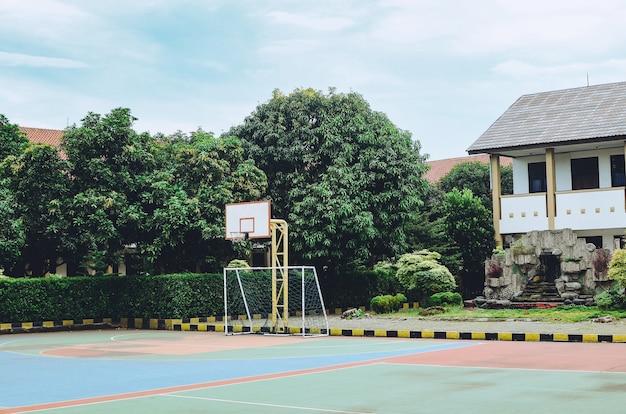 Quadra de basquete ao ar livre para as crianças brincarem