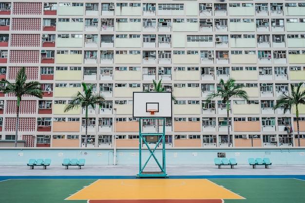 Quadra de basquete branca e verde