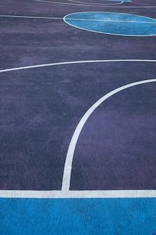 Quadra de basquete colorida na rua