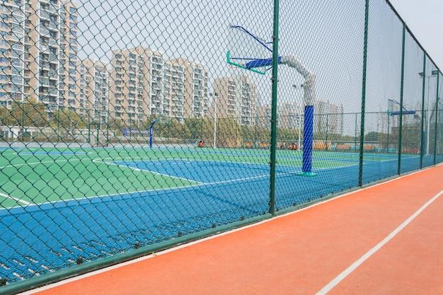 Quadra de basquete com uma cerca de arame ao redor