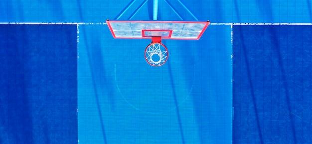 Quadra de basquete com vista superior do revestimento azul.
