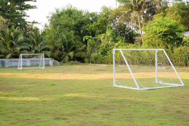 Quadra de futsal em parque público ao ar livre com grama natural