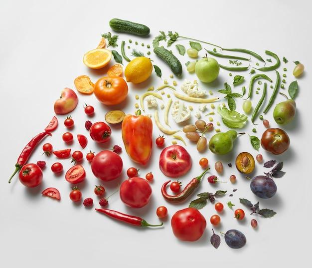 Quadrado de diferentes frutas e vegetais saudáveis isolados na superfície branca