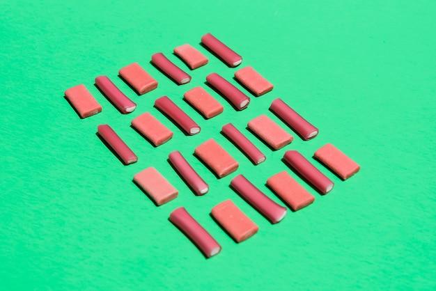 Quadrado de doces para uma forma de chocolate na mesa
