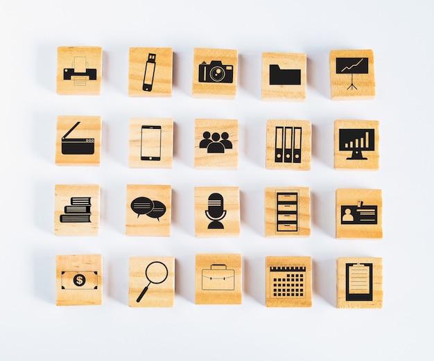 Quadrado de madeira ou cubos com ícone no fundo.
