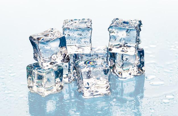 Quadrado derretendo cubos de gelo na mesa molhada