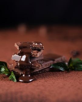 Quadrados de barra de chocolate com calda