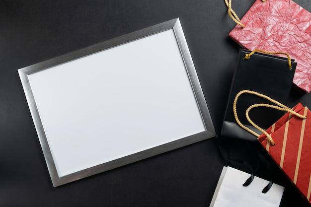Quadro branco com espaço de cópia com sacos de papel. sexta-feira negra grande anúncio de venda