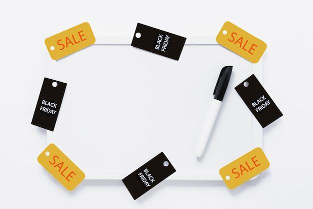 Quadro branco com etiquetas de sexta-feira pretas e marcador