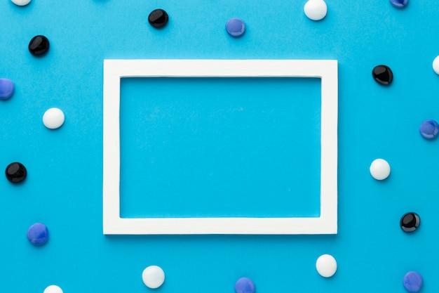 Quadro branco de vista superior com seixos coloridos