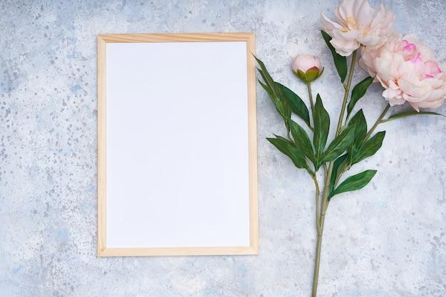 Quadro branco e flores cor de rosa em um fundo multicolorido