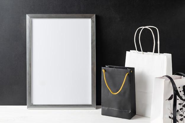 Quadro branco em branco com copyspace em uma mesa de madeira com sacos de papel. anúncio de grande venda