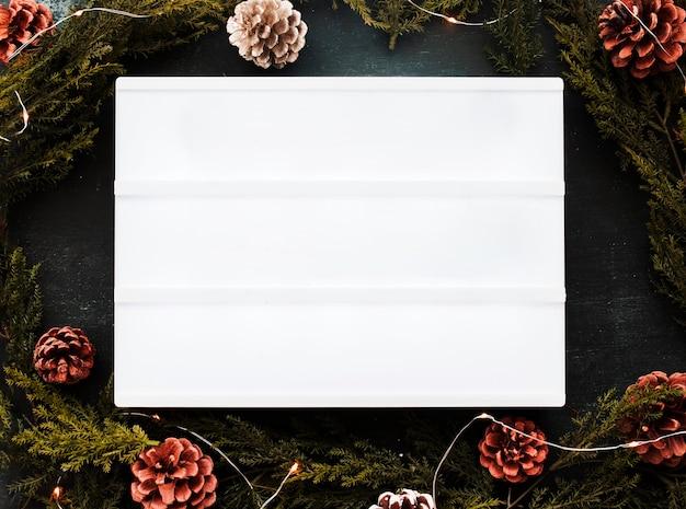 Quadro branco em branco com galhos verdes