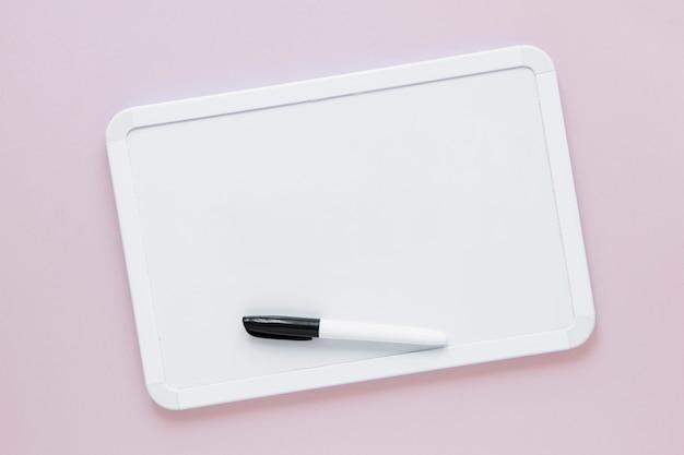 Quadro branco liso com marcador na parte superior