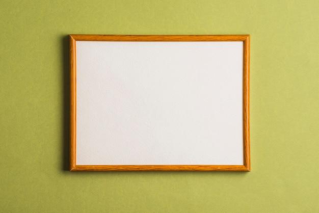 Quadro branco na parede verde