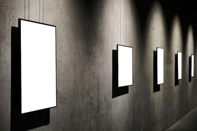 Quadro branco vazio e isolado na parede