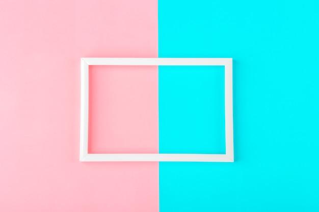 Quadro branco vazio em um fundo duotônico (azul, rosa) com espaço de cópia de texto ou letras. composição de linhas geométricas mínimas. vista superior, plana leigos, mock-se.