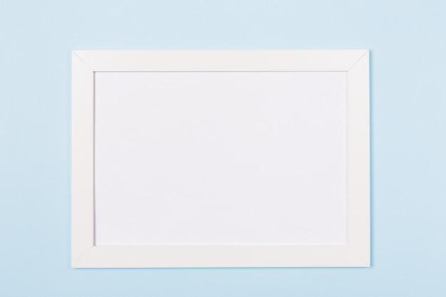 Quadro branco vazio imagens em branco sobre fundo azul claro.