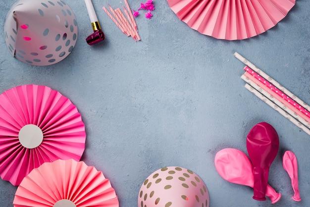 Quadro circular com enfeites de festa rosa
