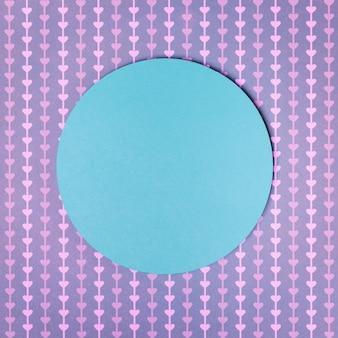 Quadro circular de papel azul em fundo de forma coração roxo