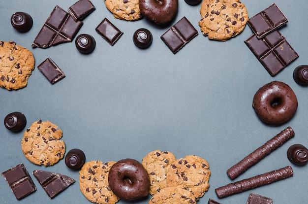 Quadro circular de vista superior com bombons de chocolate