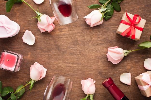 Quadro circular de vista superior com rosas e presentes
