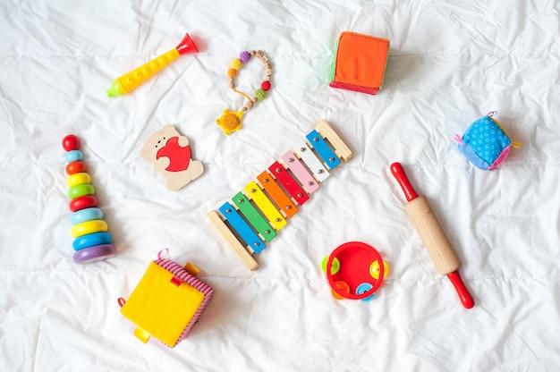 Quadro colorido brilhante dos brinquedos das crianças no fundo branco. vista do topo