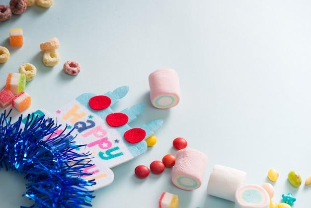 Quadro colorido com itens de festa em fundo azul. conceito de feliz aniversario