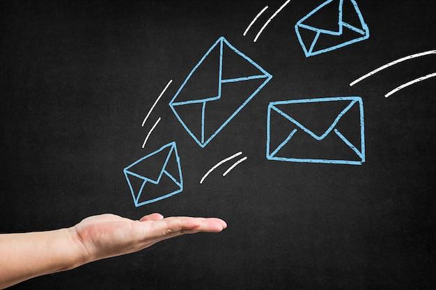 Quadro com envelopes azuis desenhados e uma mão