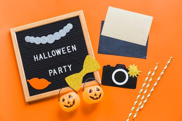 Quadro com escrita perto de suprimentos de halloween