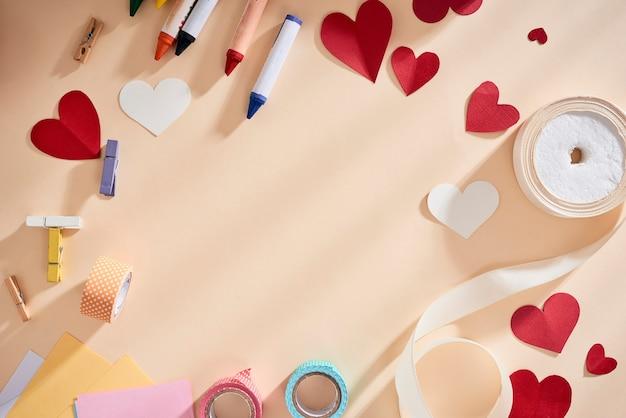 Quadro com espaço de cópia para cartão com símbolos de amor, corações e fitas no fundo biege