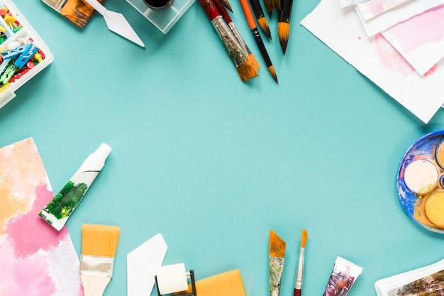 Quadro com ferramentas de artista na mesa
